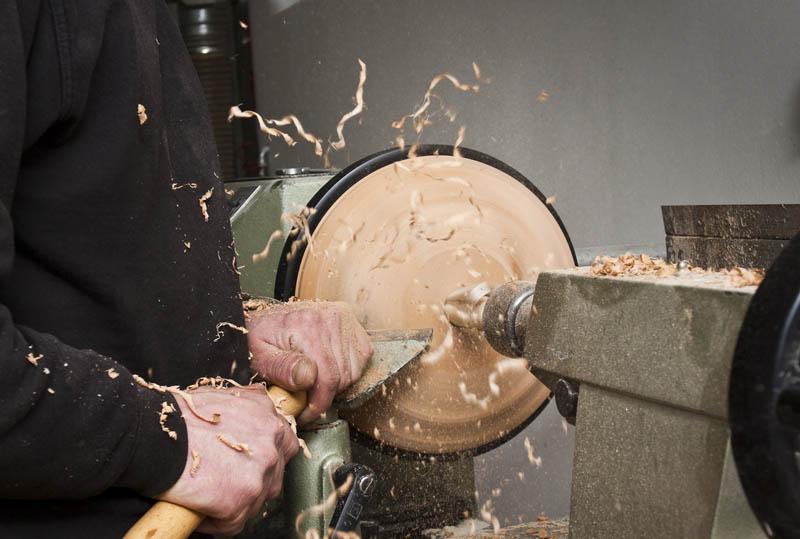 Produktion der Holzeisstöcke in Handarbeit